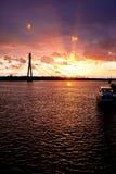 Solnedgång på stadfloden i Riga Arkivfoto