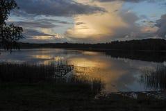 Solnedgång på Stameriena sjön Arkivfoto