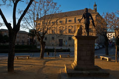 Solnedgång på statyn av Vandelvira med stadshuset på bakgrunden, Ubeda Royaltyfri Foto