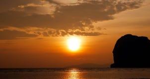 Solnedgång på strand Royaltyfri Bild