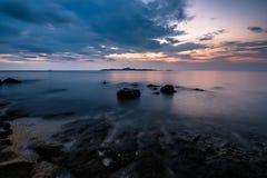 Solnedgång på strand Fotografering för Bildbyråer
