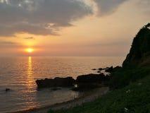 Solnedgång på strand Arkivfoto