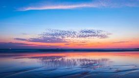 Solnedgång på strand goa arkivbilder