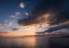Solnedgång på stranden, Alakol, Kasakhstan Arkivbilder