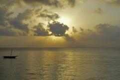 Solnedgång på stranden av Bamburi Arkivbild