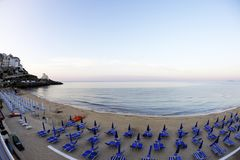 Solnedg?ng p? stranden av den Sperlonga staden Lazio Italien royaltyfri foto