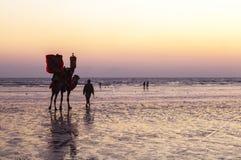 Solnedgång på stranden av Karachi Arkivfoto