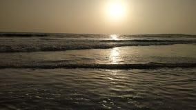 Solnedgång på stranden av Mumbai royaltyfri bild