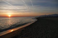 Solnedgång på stranden av Viareggio i Italien Royaltyfria Foton