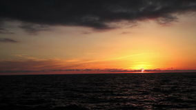 Solnedgång på stranden, de oerhörda färgerna och molnen som är panorama- Adriatiskt hav Italien, Amantea Calabria stock video