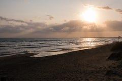 Solnedgång på stranden från sanddyerna arkivfoto