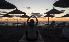 Solnedgång på stranden i Albanien Arkivbilder