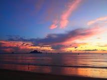 Solnedgång på stranden i Ao Nang, Krabi royaltyfri foto