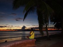 Solnedgång på stranden i Ao Nang, Krabi arkivfoton