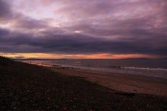 Solnedgång på stranden i den norr ostkusten av Skottland 11 Royaltyfri Bild