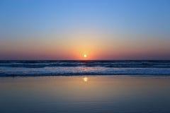 Solnedgång på stranden i Indien Royaltyfria Foton