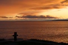 Solnedgång på stranden i Island Arkivfoto