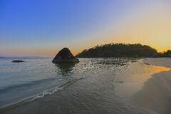 Solnedgång på stranden i lös natur Arkivbilder