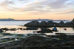 Solnedgång på stranden i Santa Cruz Santa Cruz i Santa Cruz Galicia, Spanien Arkivbilder