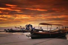 Solnedgång på stranden i Thailand royaltyfri fotografi