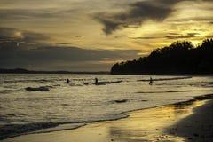 Solnedgång på stranden, Indien Arkivfoton