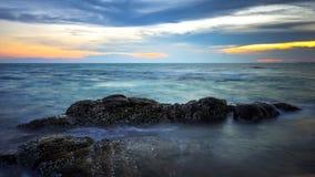 Solnedgång på stranden, loppläge i Thailand Arkivfoto