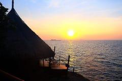 Solnedgång på stranden med det gamla skeppet Royaltyfria Bilder