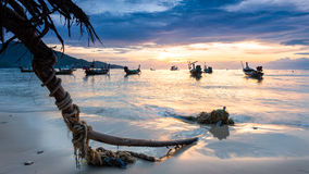 Solnedgång på stranden med fiskebåten i Phuket, Thailand Fotografering för Bildbyråer