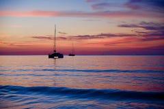 Solnedgång på stranden med skeppet Royaltyfria Foton