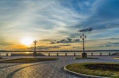 Solnedgång på stranden ovanför Volgaet River Royaltyfria Bilder