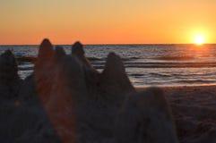 Solnedgång på stranden på en Augusti dag Arkivfoton