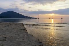 Solnedgång på stranden på Phuket Thailand Arkivfoto