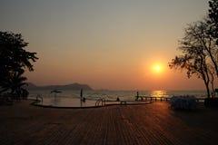 Solnedgång på stranden på Sattahip i Thailand Royaltyfri Fotografi