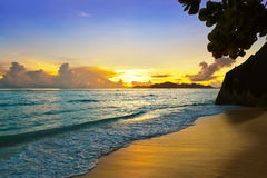Solnedgång på strandkällan D'Argent på Seychellerna Arkivbilder