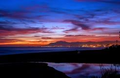 Solnedgång på strandpinilloen i staden av Marbella Royaltyfri Fotografi