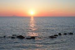 Solnedgång på strombolien Arkivfoto