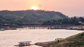 Solnedgång på Sungkhlaburi Arkivbilder