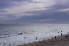 Solnedgång på surfarestranden Arkivfoto