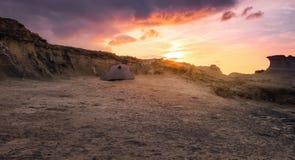 Solnedgång på tält nordliga Cypern för witn för stenig strand ett vitt Arkivbild