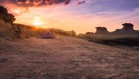 Solnedgång på tält nordliga Cypern för witn för stenig strand ett vitt Arkivfoto