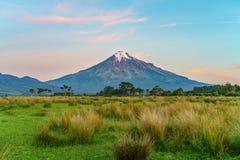 Solnedgång på taranakien för kottevulkanmontering, Nya Zeeland 8 Royaltyfri Bild