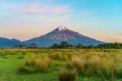 Solnedgång på taranakien för kottevulkanmontering, Nya Zeeland 7 Royaltyfri Foto