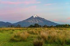 Solnedgång på taranakien för kottevulkanmontering, Nya Zeeland 11 Royaltyfri Fotografi