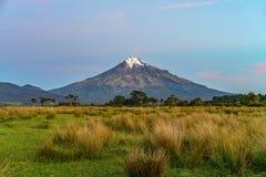 Solnedgång på taranakien för kottevulkanmontering, Nya Zeeland 15 Royaltyfria Bilder