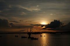 Solnedgång på Taungthaman sjön nära den Ubein bron, Amarapura i Myanmar Royaltyfri Fotografi