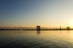 Solnedgång på Teakwoodbron för U Bein, Amarapura i Myanmar (Burmar Fotografering för Bildbyråer