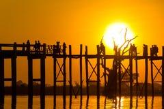 Solnedgång på Teakwoodbron för U Bein, Amarapura i Myanmar (Burmar Royaltyfri Foto