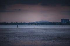 Solnedgång på Teluk Sisek Arkivfoton