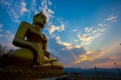 Solnedgång på templet Thailand Royaltyfria Foton