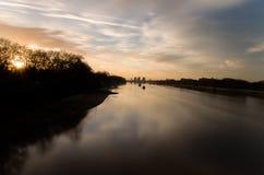 Solnedgång på Thames River Royaltyfri Foto